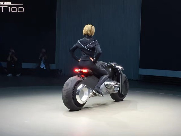 新闻资讯_宝马百年概念摩托车已发布:不用戴头盔了|新闻资讯