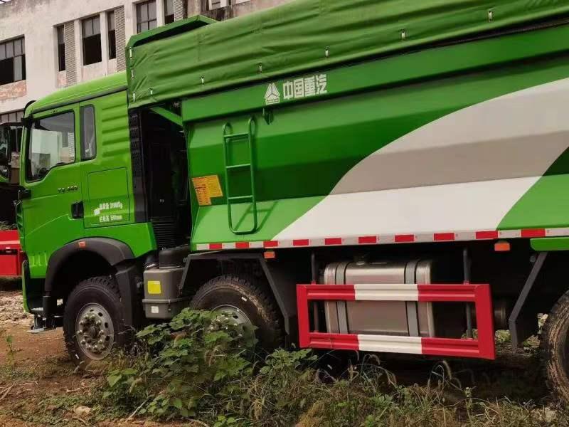重汽豪沃6.5米渣土车绿色400马力