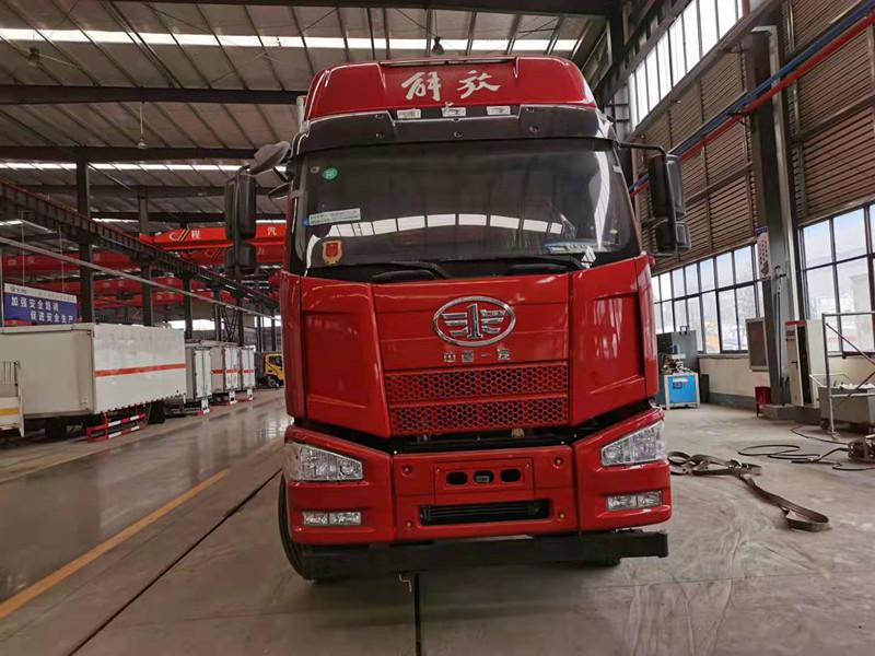 解放前四后八易燃液体厢式运输车全国包送货