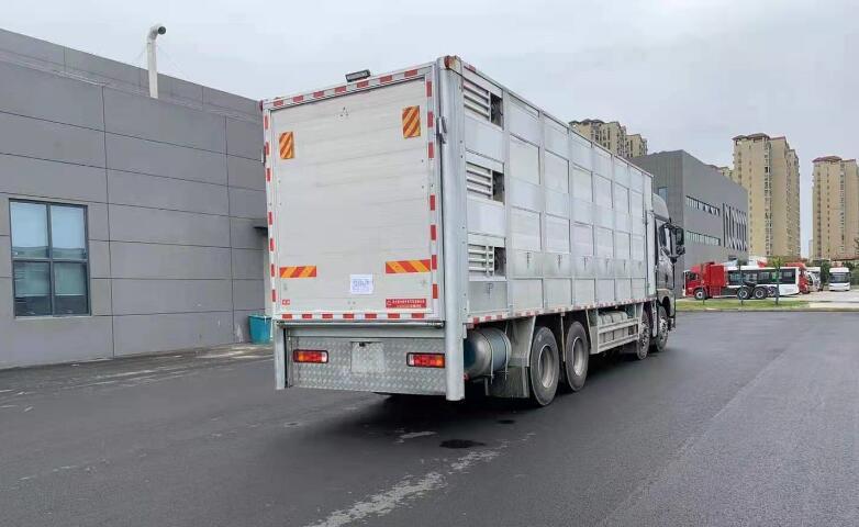 解放前四后八拉猪车_9米6运猪车全铝合金畜禽猪苗运输车